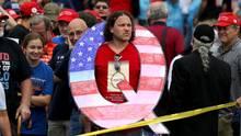 Anhänger der QAnon-Bewegung bei einer Rede Donald Trumps inWilkes Barre, Pennsylvania