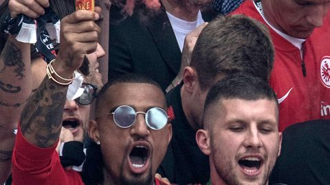Bei der Anzeige geht es um einen Vorfall vom 20. Mai, wie auf diesem Foto zu sehen ist: Der Spieler von Eintracht Frankfurt, Kevin-Prince Boateng (l.), hält neben Ante Rebic auf dem Balkon des Römer ein Bengalo in der Hand.