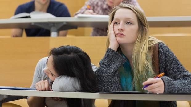 Studium trotz Unlust: Zwei unmotivierte Studentinnen im Hörsaal