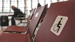 Abgebildet sind Behindertensitze am Flughafen auf der Krim