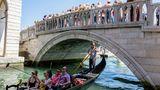 Platz 3: Venedig, Italien  Die Einzigartigkeit der Lagunenstadt macht ihre Attraktivität aus. Die Belastungen sind durch den hohen Anteil von Tagestouristen und durch die Kreuzfahrtschiffe, die noch immer durch den Guduecca-Kanal fahren dürfen, besonders hoch.