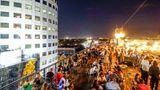 Platz 6: Bukarest, Rumänien  Chillen an einem lauen Sommerabend auf dem Dach: Auch die Bewohner desneuen Trendziels Bukarest gehörenzu den Leidtragenden, da die touristische Infrastruktur mit der Nachfrage nicht schnell genug mitgewachsen ist.