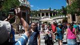 Platz 1: Barcelona, Spanien  Als trauriger Sieger bei diesem Ranking hatdie Hauptstadt Kataloniens abgeschnitten. Die gute Erreichbarkeit mit dem Flugzeug, der Kreuzfahrtschiffhafen Nummer eins in Europa und ein Marketing, das über viele Jahre nur auf die Werke des Architekten Antonio Gaudí setzte,machen die Stadt zu der Metropole zu der, die nun am meisten unter Overtourism leidet.