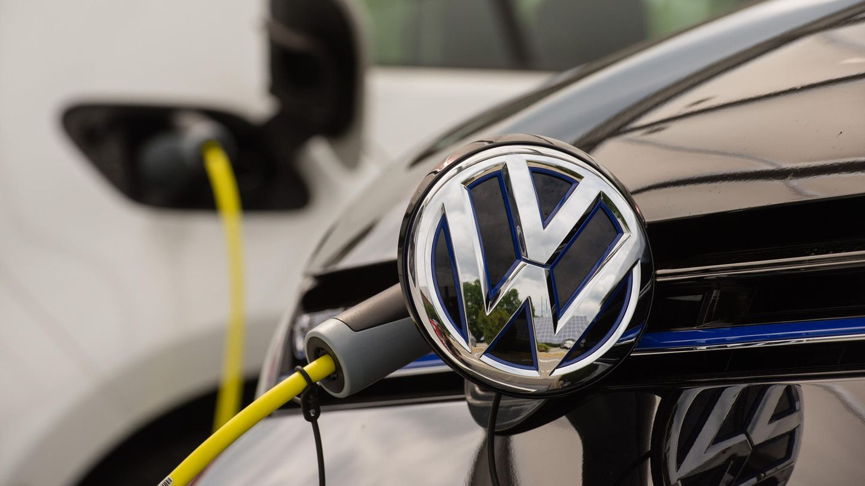 Hybrid-Golf von VW lädt an einer Stromtankstelle