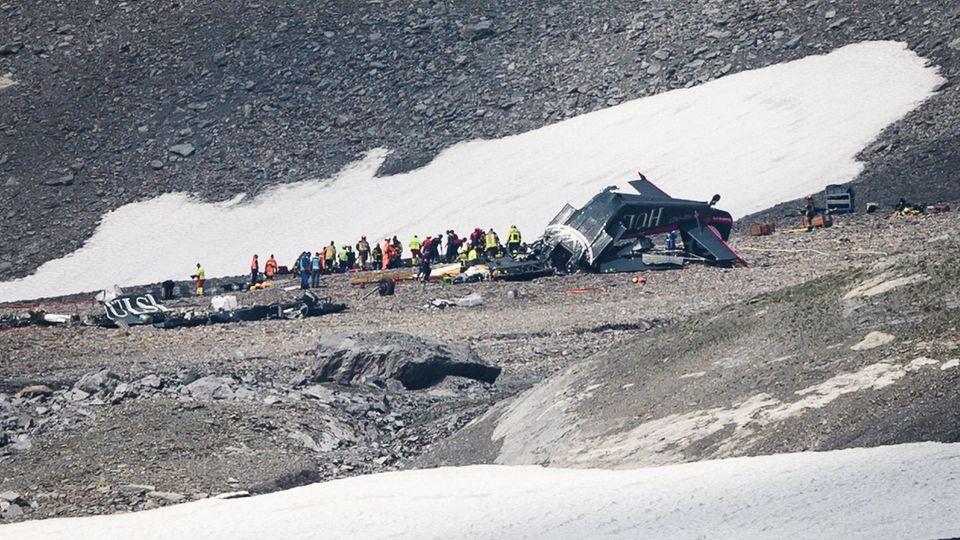 Das Wrack der Ju 52 in 2540 Metern Höhe: Die Absturzstelle liegt unterhalb desSegnespassamPiz Sardona zwischen Schneefeldern.