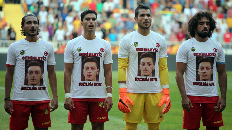 Spieler des türkischen Erstligisten Yeni Malatyaspor stehen in einer Reihe und tragen Shirts für Mesut Özil