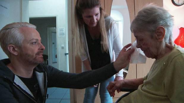 Ross Antony (44) half zwei Tage in einer Wohngemeinschaft für Demenzkranke als Altenpfleger.