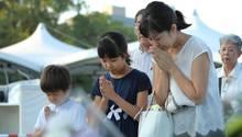 Familienangehörige beten für die Opfer des Atombombenabwurfs in Hiroshima