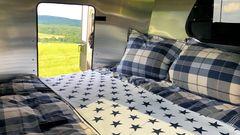 Der Wagen bietet Platz für ein Doppelbett normaler Größe.