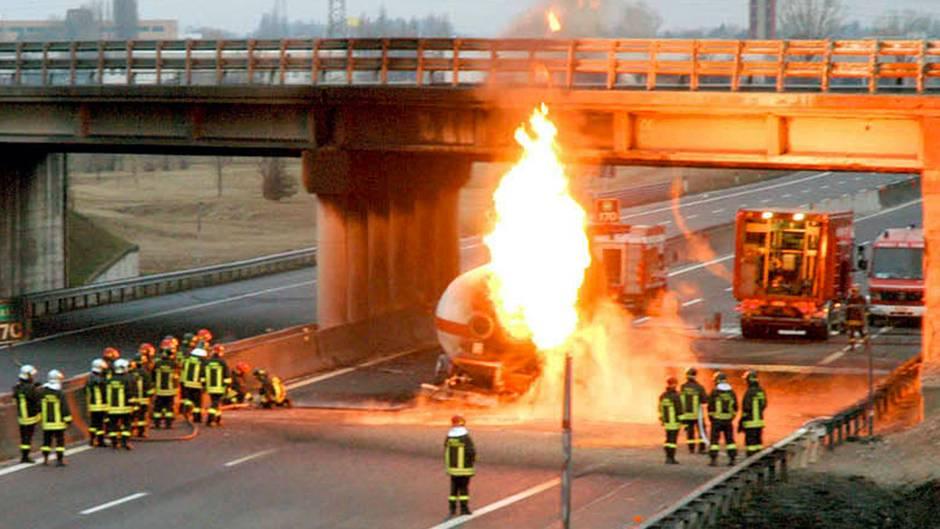 Grosse Explosion nach einem Unfall auf der Autobahn bei Bologna