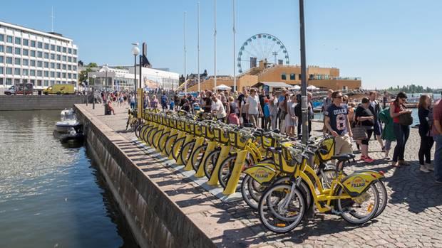 Leihfahrräder un das RiesenradSkywheel am Hafen von Helsinki