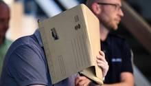 Der wegen Missbrauchs eines Jungen angeklagte Spanier verbirgt sein Gesicht hinter einem Hängeregister