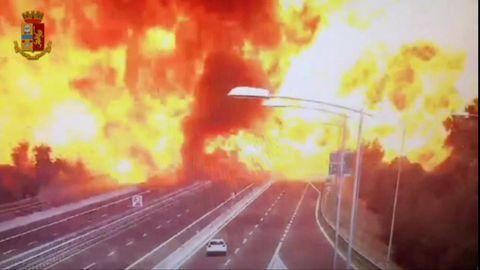 Eine Explosion auf der Autobahn in Bologna hüllt alle Fahrspuren in einen gigantischen Feuerball