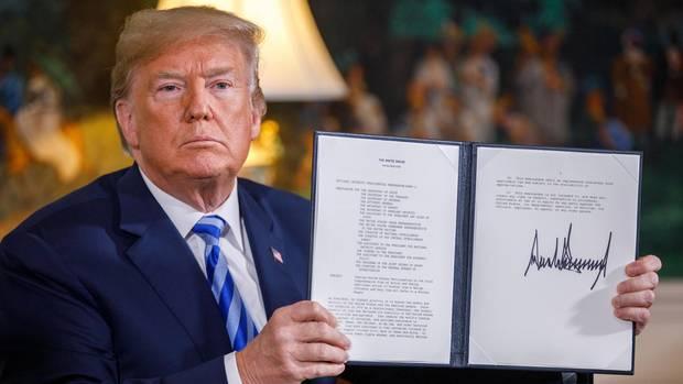 Donald Trump zeigt nach der Erklärung zum Atomdeal-Ausstieg einPräsidentschaftsmemorandum.