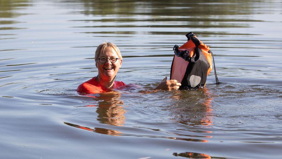 Nachrichten aus Deutschland: Frau aus Seligenstadt schwimmt zur Arbeit