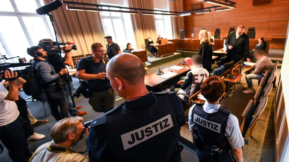 Das angeklagte Paar vor der Urteilsverkündung