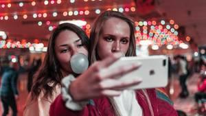 Selfies: Zwei Mädchen beim Selfie