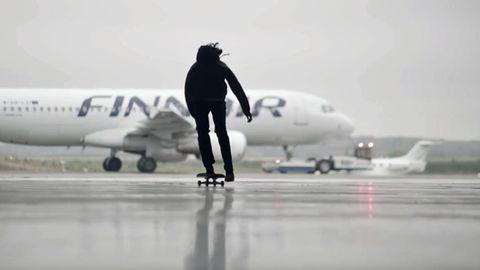 Skater auf dem Vorfeld des Helsinki Airport