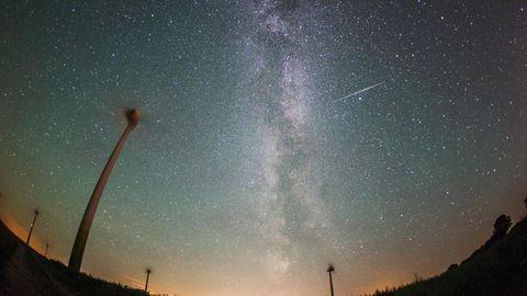 Eine Sternschnuppe am Himmel
