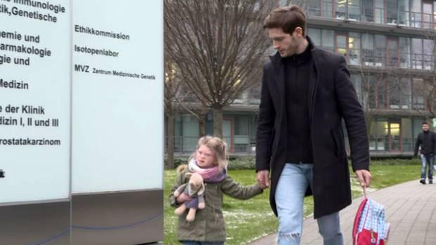 Neben Studium und Model-Job kümmert sich Jan Müller (27) intensiv um sine Tochter, die an einer starken Entwicklungsverzögerung leidet.