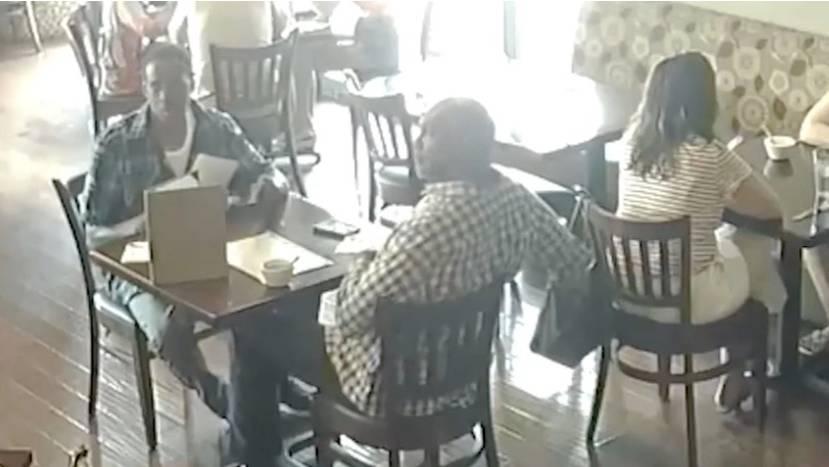 Vorsicht vor Tasche am Stuhl: So dreist stehlen Taschendiebe das Portemonnaie einer Frau