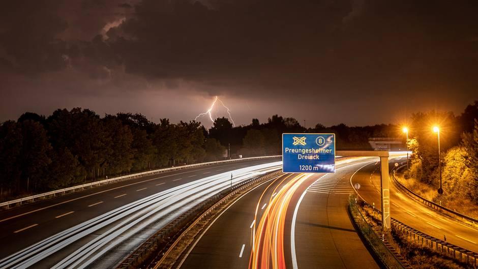 Wetterleuchten bei Frankfurt am Main. Von den Unwettern besonders betroffen war in der Nacht die Gegend um Marburg.