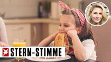 Einem Mädchen schmeckt das Essen nicht