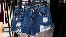 Ein kurze Jeans mit Löchern