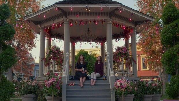 Lorelai und Rory aus der Serie Gilmore Girls im Pavillon von Stars Hollow.