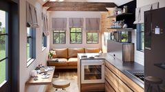 Höhe und Fensterflächen lassen den Raum viel größer erscheinen, als er ist.