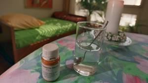 Zur aktiven Sterbehilfe in Belgien: Das Betäubungsmittel Natrium-Pentobarbital und ein Glas Wasser