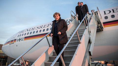 Bundeskanzlerin Angela Merkel verlässt über die Treppe ein Regierungsflugzeug