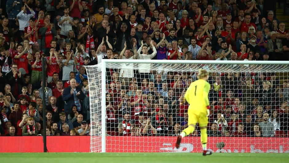 Während Loris Karius im leuchtend gelben Torwart-Dress ins Tor läuft, applaudieren ihm die Liverpool-Fans auf der Tribüne