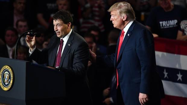Der republikanischen Kongresskandidat Troy Balderson (l.) steht bei einer Wahlkampfveranstaltung neben US-Präsident Donald Trump