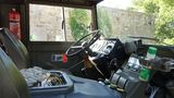 Die Fahrerkabine ist ebenso rustikal wie der Rest des Fahrzeugs.