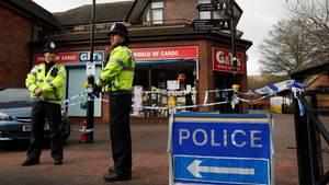 Im März 2018 stehen englische Polizisten nahe der Stelle, an der der russische Ex-Spion Sergej Skripal und seine Tochter vergiftet aufgefunden wurden