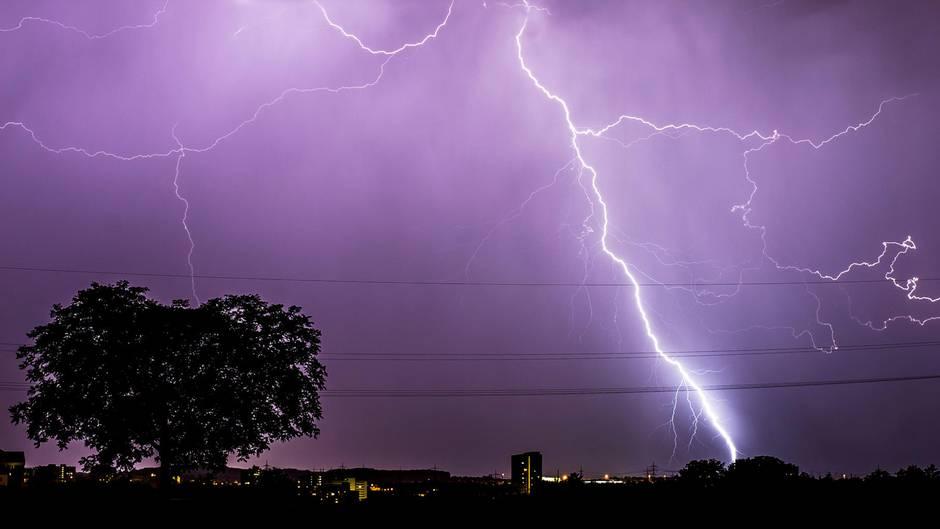 Meteorologen geben für manche Regionen Unwetterwarnungen heraus:Von Westen her ziehen Gewitter am Donnerstagmit teils starkem Wind über Deutschland hinweg.