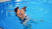 Nach dem Paragliding pirscht sich Maxim im Pool an die Bachelorette heran