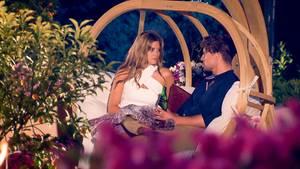 Die Bachelorette Nadine beim Flirt mit Alex in der Nacht der Rosen