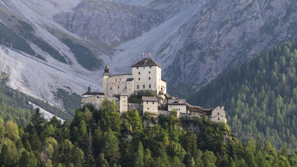 Wehrhaft auf einem Berg im Unterengadin: Die Ursprünge des SchlossesTarasp reichen rund 1000 Jahre zurück.