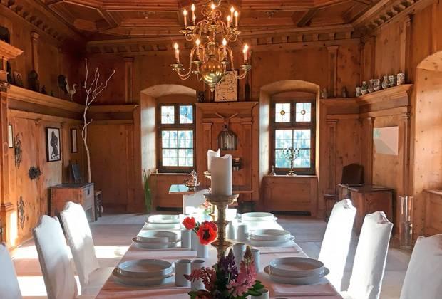 Viele derRäume im Schloss Teraspgestaltete der Schweizer Künstler Not Vidal selbst, auch diesenSpeisesaal.