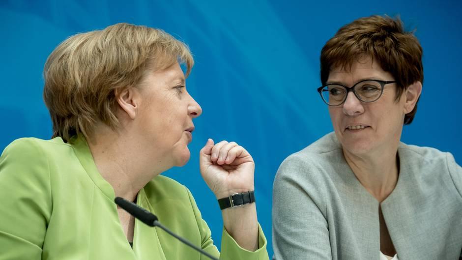Die CDU hat die meisten Großspenden erhalten. Die Parteispitze um Angela Merkel und Annegret Kramp-Karrenbauer sollte es freuen.