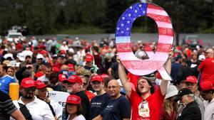Anhänger der QAnon-Bewegung bei einem Auftritt von Donald Trump
