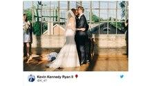 Das Brautpaar küsst sich vor dem Altar, während im Hintergrund die Trauzeugin auf dem Boden liegt