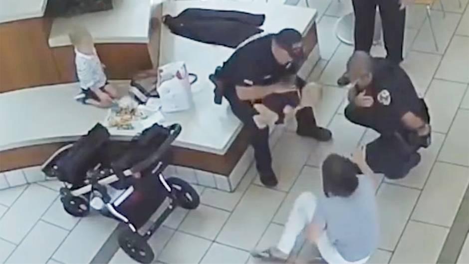Baby in Not: Kleine Lucia droht an Chicken Nugget zu ersticken – dann greift ein Polizist beherzt ein