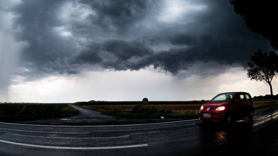 Auch in Niedersachsen - wie hier in Algermissen - verdunkelte sich der Himmel, als eine Unwetterfront am Himmel aufzog