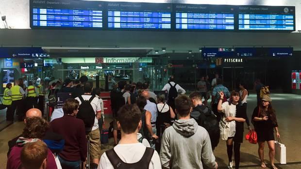 Starkes Unwetter legt vielerorts Verkehr lahm - Bahn kämpft noch mit Störungen