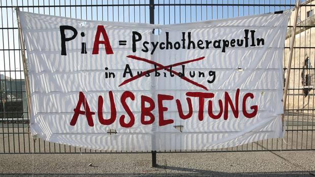 Banner mit der Aufschrift Psychotherapeuten in Ausbeutung