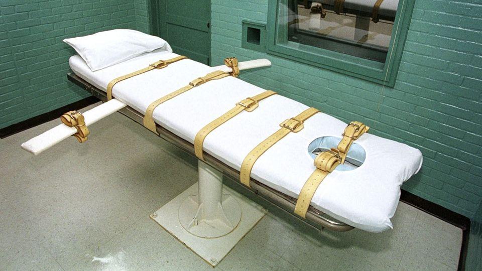 Im Hinrichtungsraum des Huntsville-Gefängnisses in Texas steht eine weiß bezogenen Liege für die Todeskandidaten