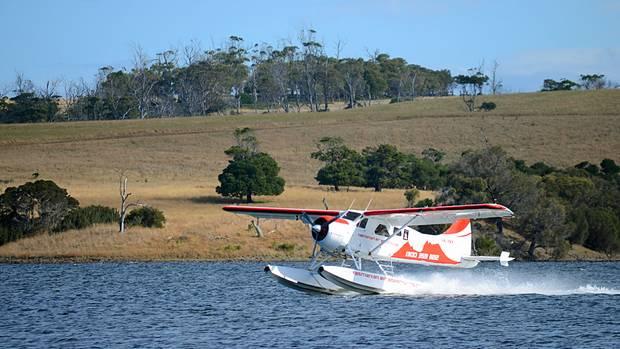 Dasmehr als 50 Jahre alte Flugzeug vomTyp De Havilland Canada DHC-2 Beaver setzt zur Landung an.
